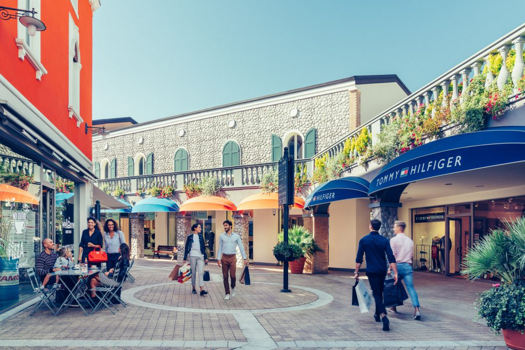 MILLE rose rosse in regalo agli innamorati     al Palmanova Outlet Village